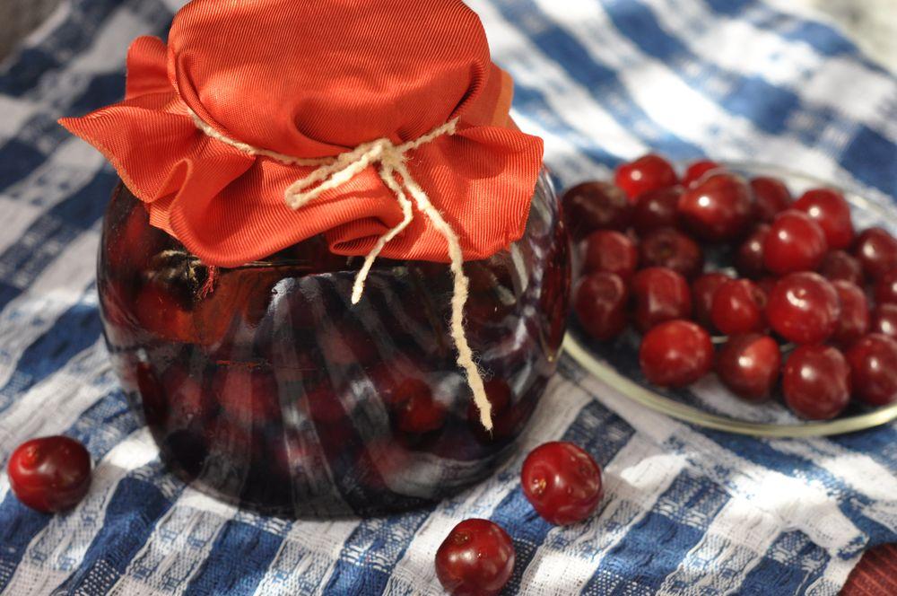 Вишнёвое варенье и ягоды вишни
