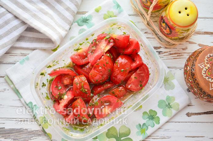 перемешать овощи с заправкой