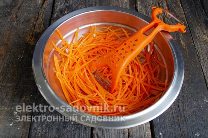 измельчить морковку соломкой