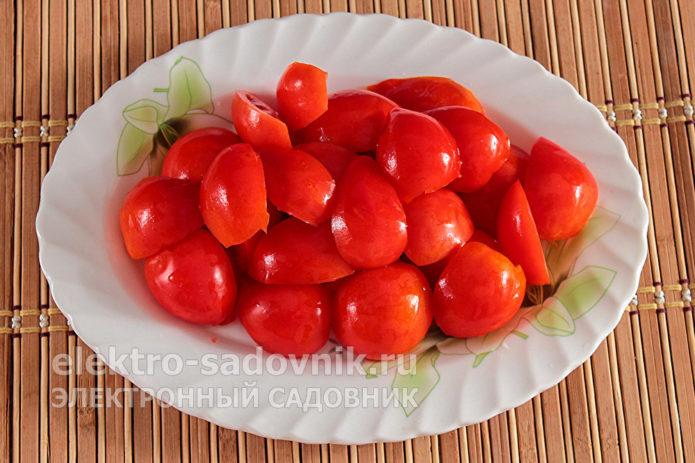 порезать дольками помидоры