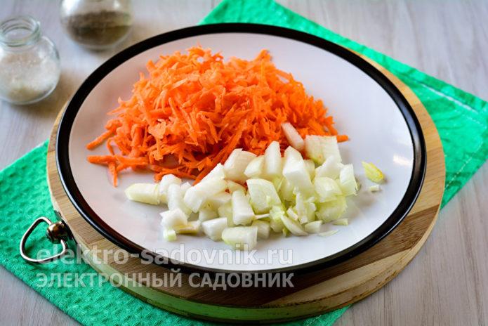 лук и морковку измельчить
