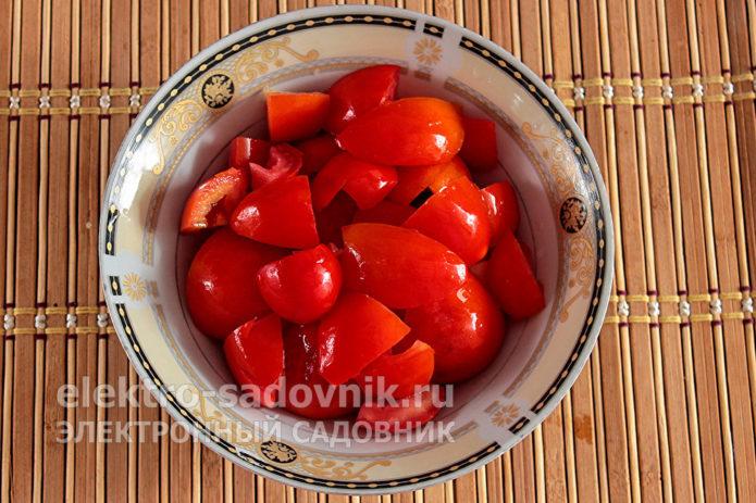 порезать помидоры на части