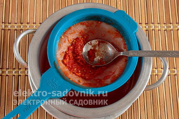 ложкой перетереть томатную массу