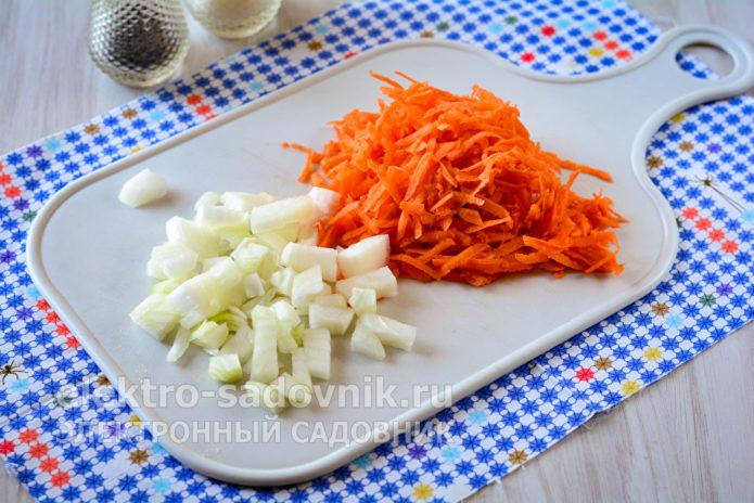 измельчить лук и морковку