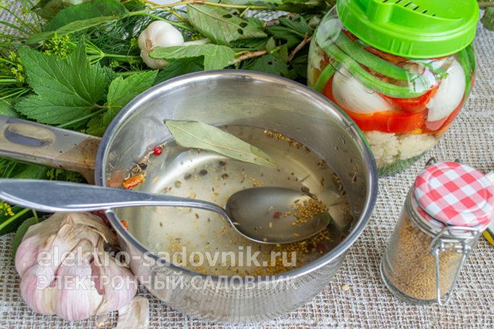 насыпать зерна горчицы и специи