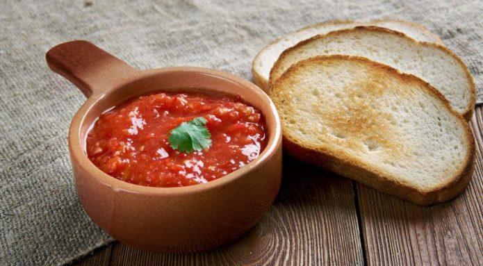 Самые лучшие рецепты домашней вкусной аджики без варки из помидор