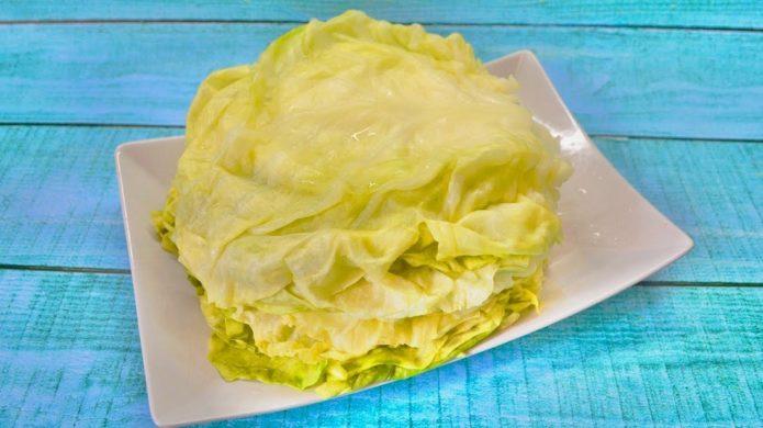 капустные листья на тарелке
