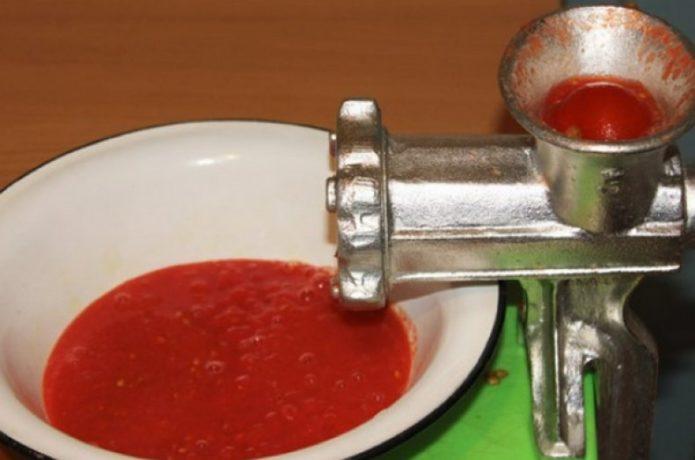 пропустить помидоры через мясорубку