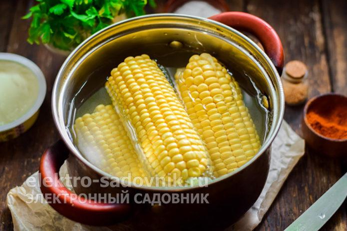 переложить в кастрюлю кукурузу