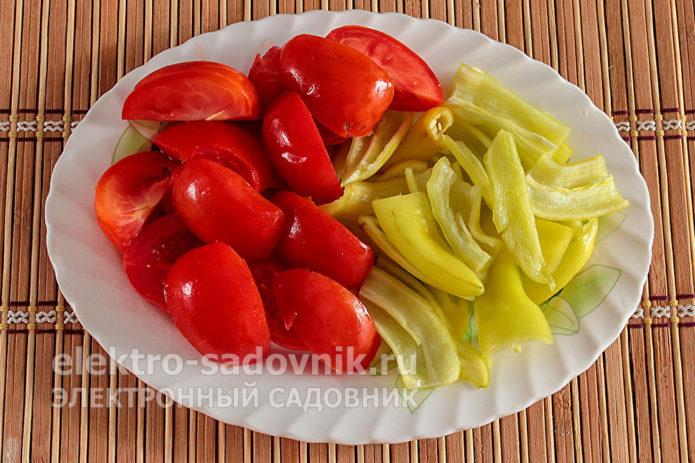порезать помидоры и перец