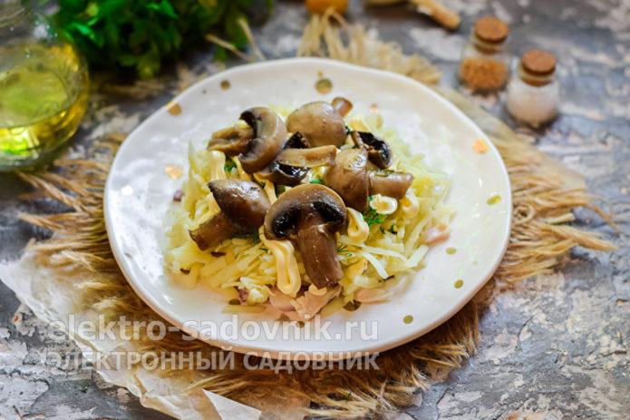уложить маринованные грибы