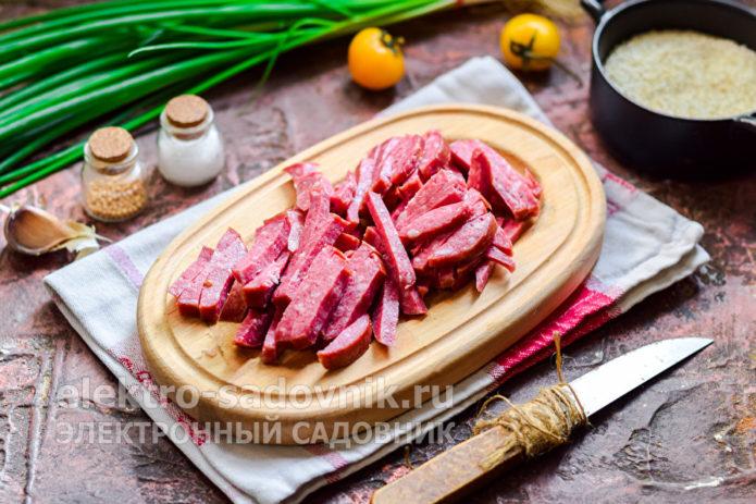колбасу нарезать полосками