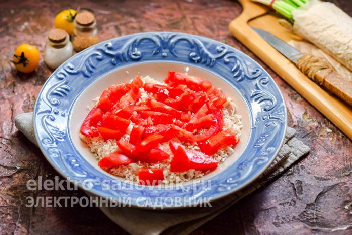 помидоры нарезать кусочками