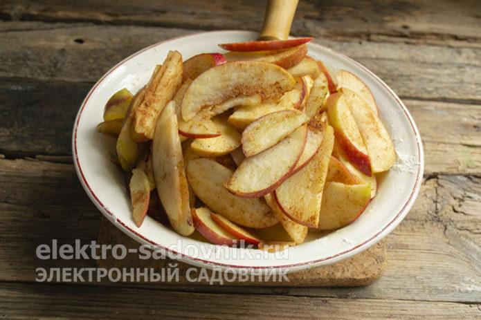 добавить яблочные ломтики