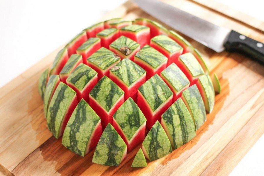 Как нарезать арбуз красиво и быстро - три способа