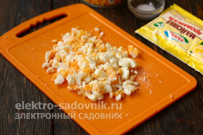 нарезать яйца небольшим кубиком