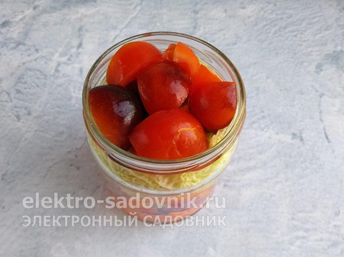 уложить дольки помидоров