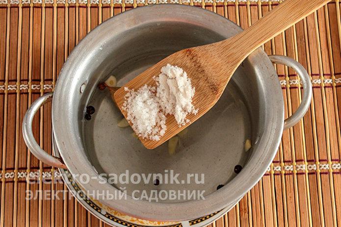 всыпать соль и сахар