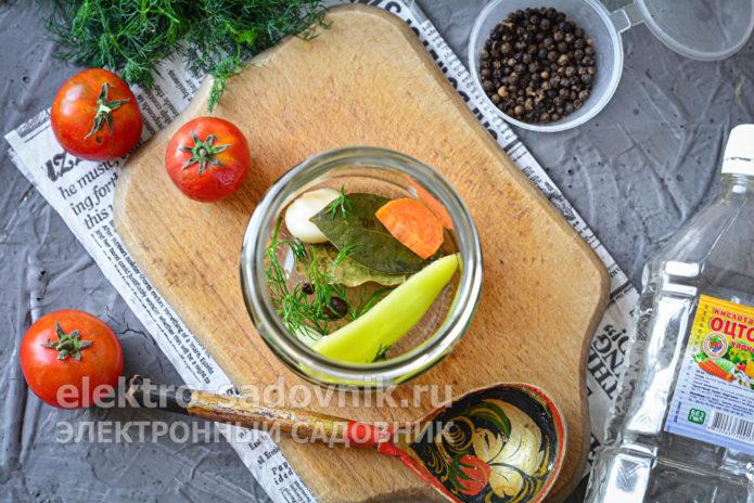 уложить специи и овощи