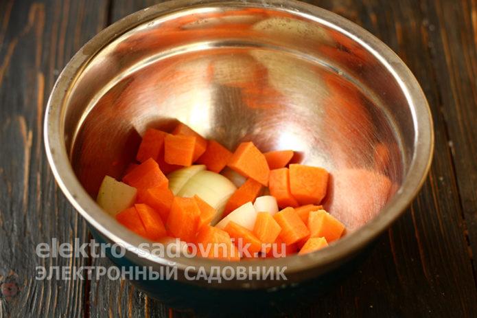 морковь и лук нарезать кубиками
