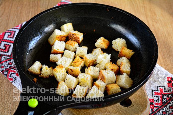 кубики батона подсушить на сковороде