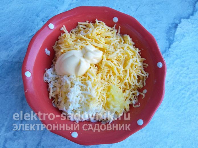 соединить сыр и яйца