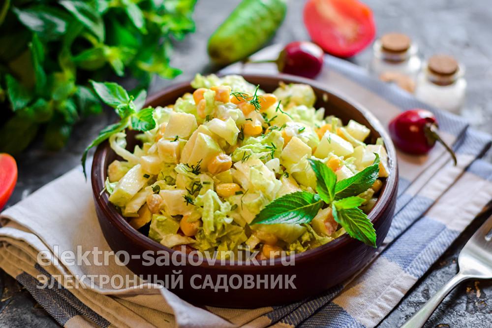 салат из пекинской капусты с яблоком и кукурузой