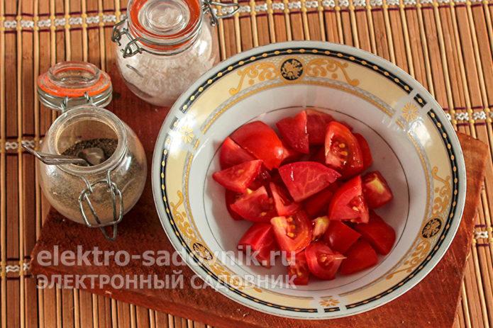 томаты нарезать дольками