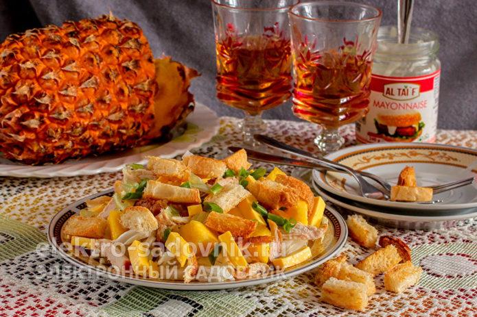 салат Обалденный с копченой курицей и сухариками