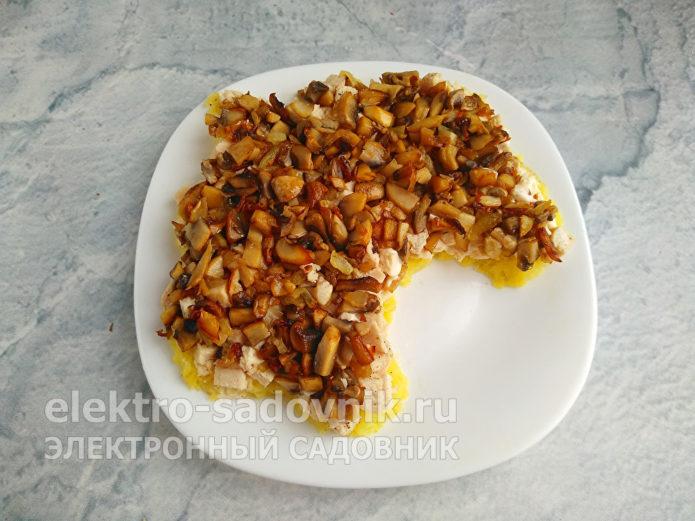 распределить жареные грибы с луком