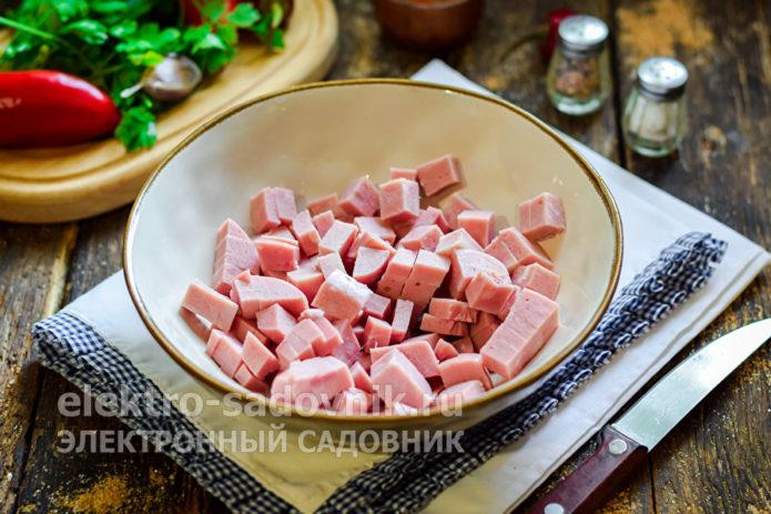 нарезать колбасу кубиком
