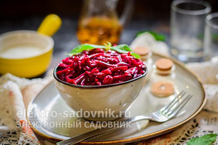 свекольный салат с чесноком и йогуртом