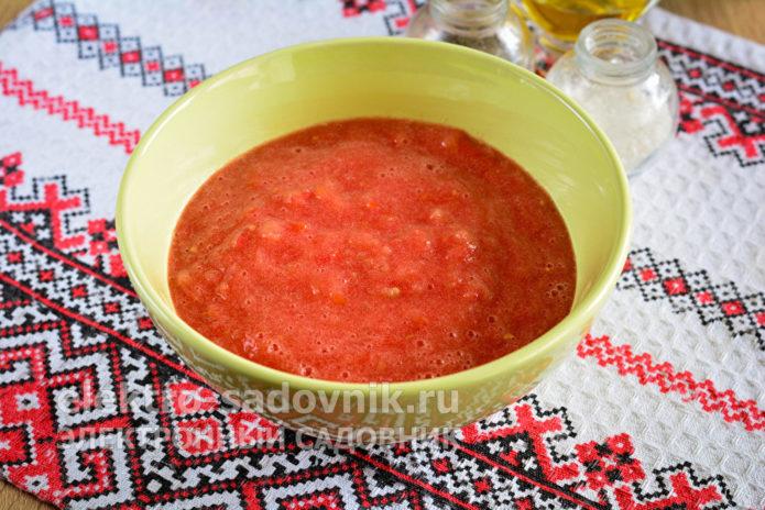 прокрутить томаты через мясорубку