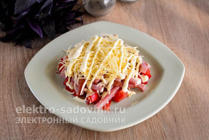 присыпать салат сыром