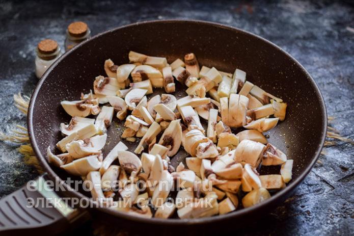 выложить шампиньоны в сковороду