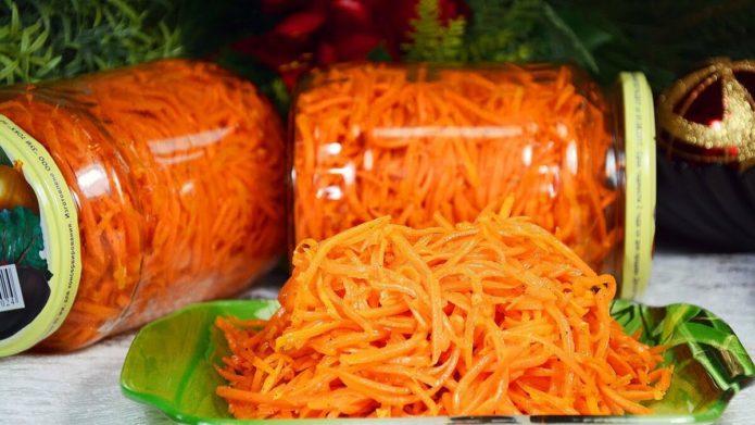 корейская морковь на тарелке и в банках