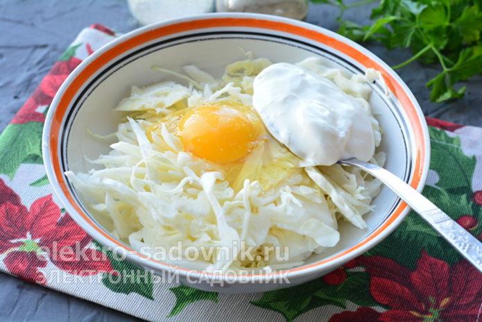добавить куриное яйцо и сметану