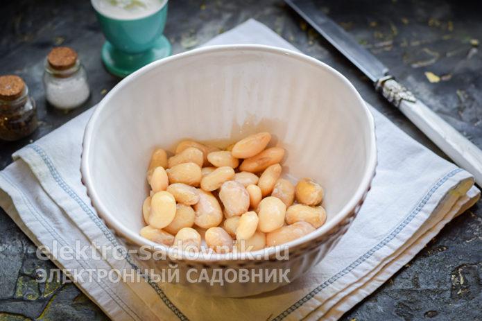 переложить фасоль в тарелку
